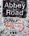 <p>Graffiti accanto all'ingresso degli studi di registrazione Abbey Road a Londra. la foto è del 16 febbraio 2010. REUTERS/Jas Lehal</p>