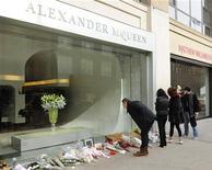 <p>13 febbraio 2010, New York. Persone si fermano davanti al negozio di Alexander MxQueen, rendendo omaggio alla sua morte. REUTERS/Stephen Chernin</p>