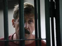 <p>Российский предприниматель Виктор Бут беседует с журналистами в суде в Бангкоке 16 февраля 2010 года. Американские власти в среду предъявили новые обвинения российскому предпринимателю Виктору Буту, находящемуся в тайской тюрьме, а также его американскому подельнику Ричарду Чичакли. REUTERS/Sukree Sukplang</p>
