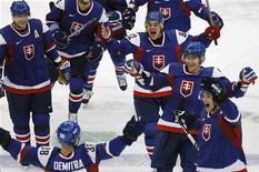 <p>Сборная Словакии радуется победному голу в ворота российской команды в групповом матче олимпийского хоккейного турнира в Ванкувере 18 февраля 2010 года. Сборная России по буллитам уступила команде Словакии в групповом матче олимпийского хоккейного турнира. REUTERS/Shaun Best</p>