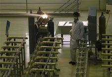 <p>Инженер на заводе по обогащению урана, 440 км к югу от Тегерана 9 апреля 2009 года. Международное агентство по атомной энергии (МАГАТЭ) в четверг выразило обеспокоенность тем, что Иран, вероятно, работает над созданием ракеты с ядерной боеголовкой. REUTERS/Caren Firouz</p>