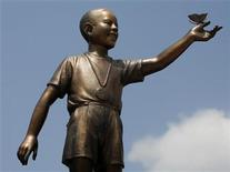 <p>A statue of U.S. President Barack Obama as a 10-year-old stands in Menteng park in central Jakarta January 27, 2010. REUTERS/Enny Nuraheni</p>