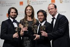 """<p>El equipo de """"The Hurt Locker""""; Mark Boal, Kathryn Bigelow, Greg Shapiro y Nicholas Chartier posando con su premio de """"Mejor Película"""" en los premios BAFTA en Londres. Feb 21 2010. El drama iraquí """"The Hurt Locker"""" barrió el domingo con el éxito 3-D """"Avatar"""" en los premios cinematográficos británicos BAFTA, y fue galardonado por mejor película y mejor director entre los seis premios que recogió, entregando una señal para los Oscar. REUTERS/Toby Melville</p>"""