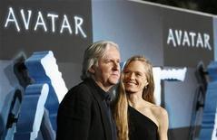 """<p>O diretor James Cameron e sua esposa Suzy Amis na estreia de """"Avatar"""" em Hollywood, Califórnia. O filme continuou pela 10a semana consecutiva no 1o lugar das bilheterias internacionais. 16/12/2009 REUTERS/Mario Anzuoni</p>"""