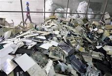 <p>Les déchets provenant d'appareils électroniques augmenteront considérablement dans les pays en développement au cours de la décennie à venir, l'Inde étant exposée à elle seul à une hausse de 500% des déchets informatiques d'ici 2020 par rapport à 2007, selon un rapport d'étude publié par les Nations unies. /Photo prise le 24 novembre 2009/REUTERS/Pichi Chuang</p>