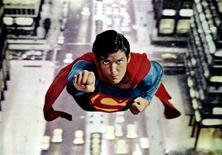 """<p>Foto de archivo sin fechar del actor Christopher Reeve, en una escena de la película """"Superman"""". Una singular primera edición de una historieta de Superman, en excelentes condiciones, se vendió el lunes por un récord de 1 millón de dólares en una subasta pública realizada por el sitio de internet ComicConnect.com. REUTERS/STR New</p>"""