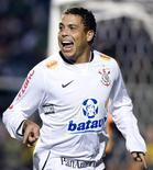 <p>Atacante Ronaldo do Corinthians comemora gol contra o Internacional na Copa do Brasil em 2009. Ronaldo renovou seu contrato com o time até o final de 2011 e irá encerrar a carreira depois disso. 17/06/2009 REUTERS/Junior Lago</p>