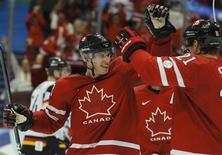 <p>Canada's Sidney Crosby (L) celebrates his goal with Eric Staal during the third period of their men's play-offs qualification ice hockey game at the Vancouver 2010 Winter Olympics February 23, 2010. REUTERS/Hans Deryk</p>