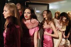<p>Modelos aguardam antes de subir na passarela para a coleção feminina Outono/Inverno 2010/2011 Seduzioni Diamonds de Valeria Marini. Milão iniciou nesta quarta-feira a etapa italiana do calendário internacional da moda. 24/02/2010 REUTERS/Max Rossi</p>