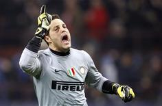 <p>Goleiro brasileiro da Inter de Milão Julio Cesar comemora gol marcado por Milito contra o Chelsea. 24/02/2010 REUTERS/Giampiero Sposito</p>