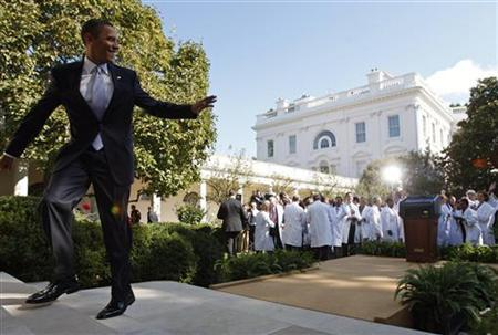 U.S. President Barack Obama waves to doctors in attendance from across the country after making remarks on the need for health insurance reform in the Rose Garden at the White House in Washington, October 5, 2009. REUTERS/Jim Young