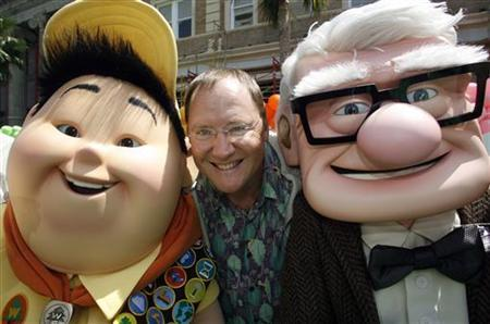 John Lasseter (C), chief creative officer at Pixar and Walt Disney Animation Studios and executive producer of ''Up'', poses with characters Russell (L) and Carl Fredricksen from the film during the film's premiere in Hollywood, California May 16, 2009. REUTERS/Fred Prouser