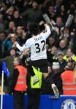 <p>Carlos Tevez comemora gol em goleada do Manchester City sobre o Chelsea pelo Campeonato Inglês. REUTERS/Jed Leicester</p>