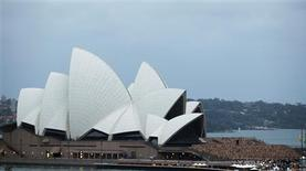 <p>Naked volunteers pose for U.S. artist Spencer Tunick in front of the Sydney Opera House March 1, 2010. REUTERS/Daniel Munoz</p>
