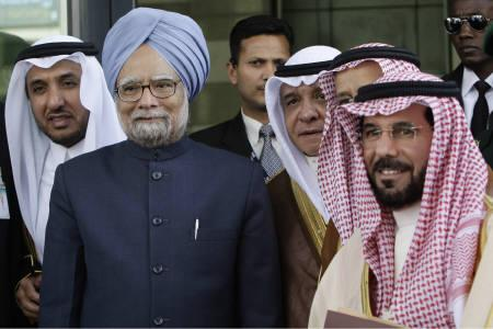India's Prime Minister Manmohan Singh (2nd L) poses with Saudi business leaders during the Saudi-India Business Forum in Riyadh February 28, 2010.  REUTERS/Fahad Shadeed