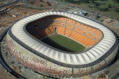 <p>Vista aérea do estádio Soccer City em Johanesburgo. O presidente da Fifa, Joseph Blatter, disse nesta terça-feira que precisou pressionar os organizadores da Copa do Mundo da África do Sul para acelerarem os preparativos. 18/02/2010 REUTERS/Euroluftbild.de</p>