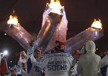 <p>Delegação russa, anfitriã da próxima Olimpíada de Inverno em Sochi em 2014, participa da cerimônia de encerramento dos Jogos de Inverno em Vancouver. O governo russo está pressionando para impedir a cobertura de problemas ambientais e sociais nos preparativos para os próximos Jogos, segundo a entidade Repórteres Sem Fronteiras. 28/02/2010 REUTERS/Jerry Lampen</p>