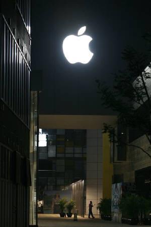 3月2日、米アップルは台湾のスマートフォンメーカーHTCが「iPhone」に関する20の特許を侵害したとして、HTCを提訴。写真は2008年7月、アップルストア前で(2010年 ロイター/Claro Cortes IV)