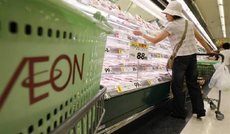 3月3日、イオンはPB「トップバリュ」について、1品目の年間売上高10億円以上の商品を2013年2月期までに300品目に拡大させる方針を示した。写真は都内の同社店舗で2009年7月撮影(2010年 ロイター/Kim Kyung-Hoon)