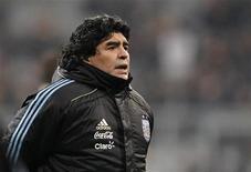 <p>Técnico da seleção argentina, Diego Maradona, aguarda início do jogo amistoso contra a Alemanha em Munique. Após meses de turbulência, Maradona parece estar colocando seu time no eixo para a Copa do Mundo. 03/03/2010 REUTERS/Johannes Eisele</p>