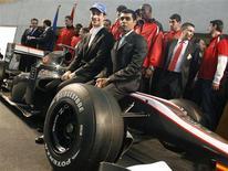 <p>Os pilotos Bruno Senna e Karun Chandhok na apresentação da equipe Hispania Racing. 04/03/2010 REUTERS/Heino Kalis</p>