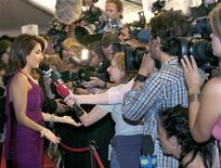 <p>Actress Penelope Cruz talks to television crews on the red carpet as she arrives for the gala screening of her new film 'Volver' during the 31st Toronto International Film Festival in Toronto, September 8, 2006 file photo. REUTERS/J.P. Moczulski</p>