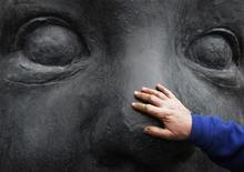 """<p>Рабочие устанавливают скульптуру испанского художника Антонио Лопеса в Музее искусств в Бостоне, Массачусетс 1 апреля 2008 года. Нью-йоркская """"Метрополитен Опера"""" покажет в пятницу новую постановку - оперу Дмитрия Шостаковича """"Нос"""" по произведению Николая Гоголя. REUTERS/Brian Snyder</p>"""