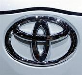 <p>El logo de Toyota en una exhibición de autos en Ginebra. Marzo 3 2010. Toyota dijo que no encontró evidencias de aceleración involuntaria en los vehículos que ya fueron reparados por esa falla, en un nuevo cruce con los clientes de la marca, que atraviesa una grave crisis de seguridad. REUTERS/Denis Balibouse</p>