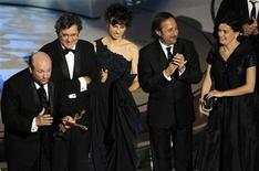 """<p>El director y miembros del elenco del filme """"El Secreto de Sus Ojos"""" agradecen luego de recibir el premio Oscar a Mejor Película en Idioma Extranjero entregado en una ceremonia en Hollywood, mar 7 2010. REUTERS/Gary Hershorn (UNITED STATES)</p>"""