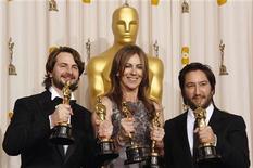 """<p>Vencedores de melhor filme Mark Boal (esq), Kathryn Bigelow (centro) e Greg Shapiro por """"Guerra ao Terror"""" depois da cerimônia do Oscar 2010 em Hollywood. O filme sobre o conflito no Iraque foi o destaque da cerimônia do Oscar com seis prêmios. 07/03/2010 REUTERS/Lucy Nicholson</p>"""