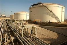 <p>Нефтехимический завод в районе Персидского залива, Иран 28 мая 2006 года. Иран надеется, что Китай не согласится на уговоры Вашингтона и его союзников наложить на Иран новые санкции. REUTERS/Morteza Nikoubazl</p>