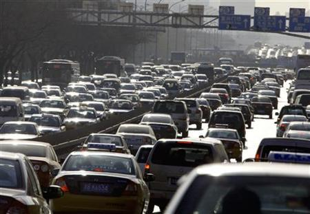 Cars are seen in a traffic jam along a main road in central Beijing December 16, 2009. REUTERS/David Gray