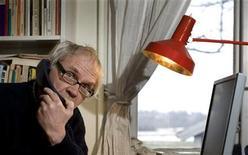 <p>El artista sueco Lars Vilks, en su casa en Nyhamnslage, al sur de Suecia. Marzo 9 2010. La policía irlandesa detuvo el martes a siete personas en conexión con una supuesta trama para asesinar a un caricaturista sueco por unas viñetas en las que se dibujaba al profeta Mahoma con el cuerpo de un perro. REUTERS/Scanpix/Bjorn Lindgren</p>