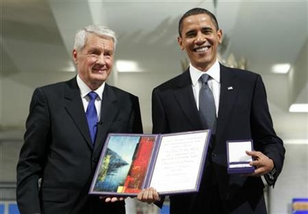 Nobel Peace Prize laureate U.S. President Barack Obama poses with his medal and certificate as Norwegian Nobel Committee Chairman Thorbjoern Jagland stands with him in Oslo Hall December 10, 2009. REUTERS/Bjorn Sigurdson/Scanpix Norway