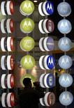 <p>Motorola a signé un accord avec Microsoft afin d'installer le moteur de recherche Bing et les services de cartographie du géant du logiciel sur ses téléphones mobiles utilisant le système d'exploitation Android de Google. /Photo d'archives/REUTERS/Andrew Wong</p>