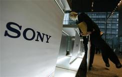 <p>Sony a présenté mercredi soir sa nouvelle manette de jeu vidéo à détection de mouvement, un produit très attendu qui doit lui permettre de mieux rivaliser avec Nintendo et Microsoft sur un marché de plus en plus convoité. /Photo prise le 3 décembre 2009/REUTERS/Yuriko Nakao</p>