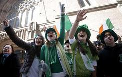<p>Spectators along Fifth Avenue cheer during the St. Patrick's day parade in New York March 17, 2007. REUTERS/Eric Thayer</p>