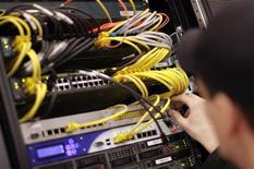 """<p>L'informatique en nuages (""""cloud computing""""), une tendance en vogue de vente de services informatiques à distance, via le web et sans support physique, pourrait offrir à la Chine l'opportunité de se développer sur le marché du logiciel, estime un vétéran de l'industrie logicielle chinoise. /Photo d'archives/REUTERS/Hannibal Hanschke</p>"""