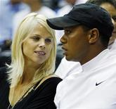 <p>Tiger Woods con la moglie Elin Nordegren a una partita dell'Nba. REUTERS/Hans Deryk</p>