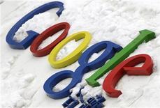 <p>El logo de Google es visto frente a la su sede de China, en Pekín. Marzo 15 2010. Google dijo el lunes que seguía en conversaciones con el Gobierno chino sobre la censura de su portal en lenguaje chino, pese a las crecientes señales de que la compañía podría cerrar pronto el sitio. REUTERS/Jason Lee</p>