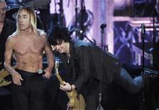 <p>El cantante Iggy Pop interpreta un tema junto a Billie Joe Armstrong de Green Day (derecha) y The Stooges tras ser homenajeado durante la ceremonia de aceptación al Salón de la Fama del rock 2010 en el hotel Waldorf Astoria en Nueva York, mar 15 2010. REUTERS/Lucas Jackson (UNITED STATES)</p>