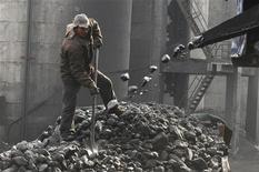 """<p>Рабочий грузит уголь на шахте в Чанчжи, китайская провинция Шаньси 15 января 2010 года. Пожар на угольной шахте в округе Чжэнчжоу в китайской провинции Хэнань унес жизни 25 человек, сообщило агентство """"Синьхуа"""". REUTERS/Stringer</p>"""