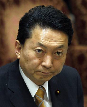 3月17日、鳩山首相は日銀が新型オペの供給額を拡大する措置を決定したことについて、デフレ克服に向けたさらなる金融緩和を歓迎すると述べた。10日撮影(2010年 ロイター/Yuriko Nakao)