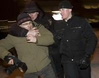<p>Милиционеры в штатской пытаются помешать работе фотографа во время оппозиционного митинга в центре Минска 16 февраля 2010 года. Минск рискует испортить отношения с Западом из- за усиливающегося давления на оппозиционные СМИ и конфликта с организацией, представляющей польскую диаспору в Белоруссии, считают белорусские политологи и политики. REUTERS/Vasily Fedosenko</p>
