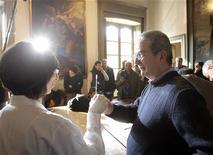 <p>Francesco Merisi (dir.), possível descendente do artista Michelangelo Merisi (Caravaggio), realiza teste de DNA com dra. Elisabetta Cilli. Antropólogos italianos aguardam resultados da pesquisa sobre a morte do artista barroco. 08/03/2010 REUTERS/Alessandro Garofalo</p>