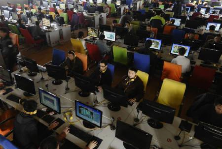 People use computers at an internet cafe in Changzhi, Shanxi province, November 3, 2009. REUTERS/Stringer/Files