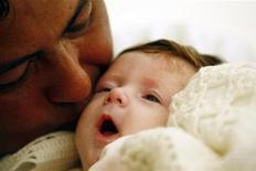 <p>Bambina baciata dal padre in foto d'archivio. REUTERS/Alessia Pierdomenico</p>