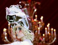 <p>Imagen de archivo de la cantante pop Lady Gaga, en una presentación en Los Angeles. Nov 14 2009. Un ex productor del fenómeno pop Lady Gaga demandó a su ex pupila por más de 30 millones de dólares argumentando que fue clave para su éxito, pero que no obtuvo beneficios de ello cuando acabó su relación amorosa. REUTERS/Mario Anzuoni/archivo</p>