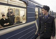 """<p>Милиционер идет по платформе на станции метро в Москве 18 января 2007 года. На полковника милиции, ранившего накануне двух человек в московском метро, завели уголовное дело по статье """"хулиганство"""". REUTERS/Sergei Karpukhin</p>"""