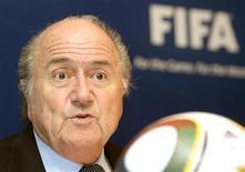 <p>A Fifa superou a marca anual de receita de 1 bilhão de dólares pela primeira vez em 2009, e o presidente da entidade, Joseph Blatter, disse que o dinheiro será utilizado para desenvolver o esporte no mundo. REUTERS/Arnd Wiegmann (SWITZERLAND - Tags: SPORT SOCCER HEADSHOT)</p>
